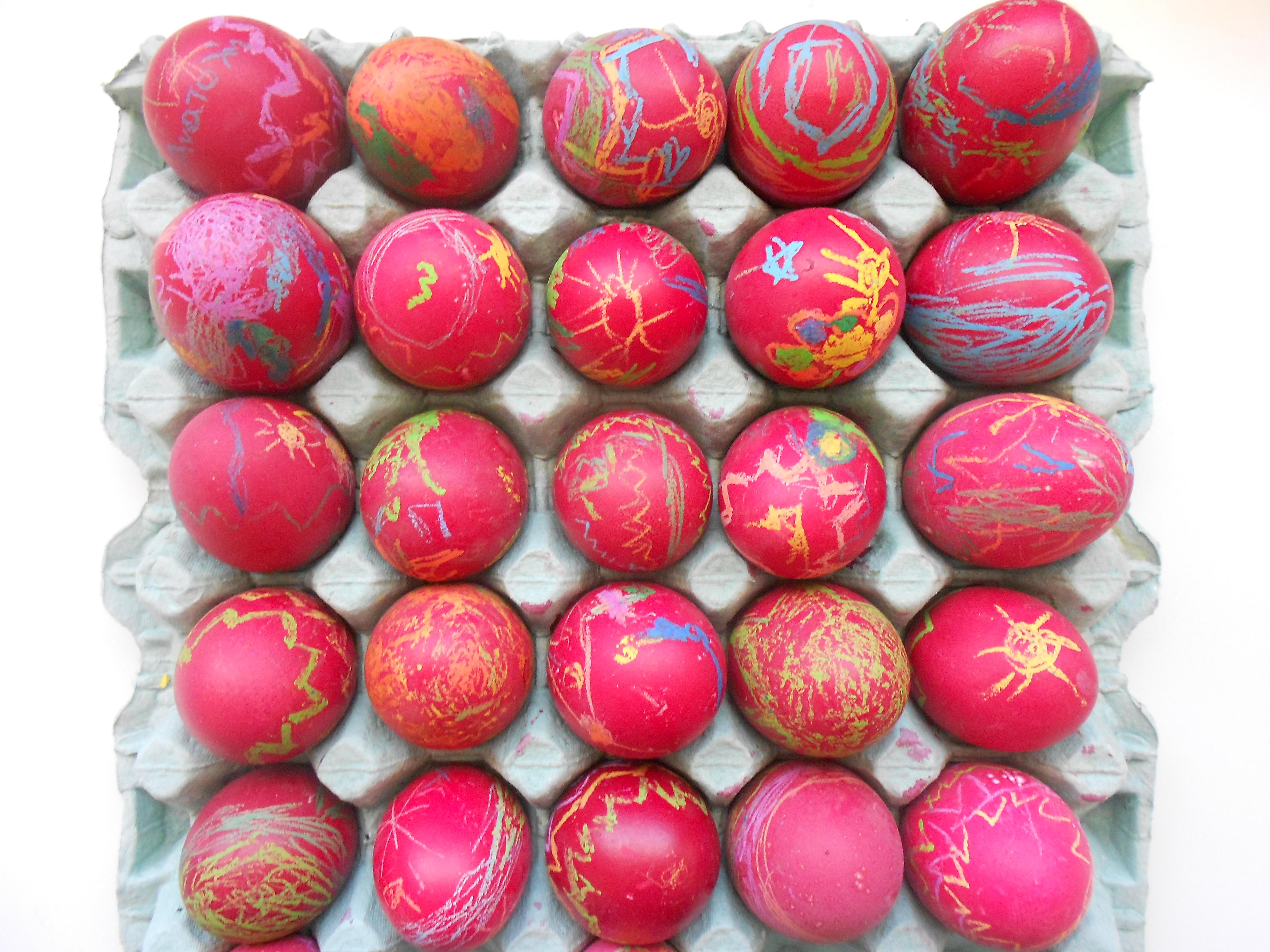 Πασχαλινά αβγουλάκια βαμένα με κηρομπογιά και βαφή αβγών